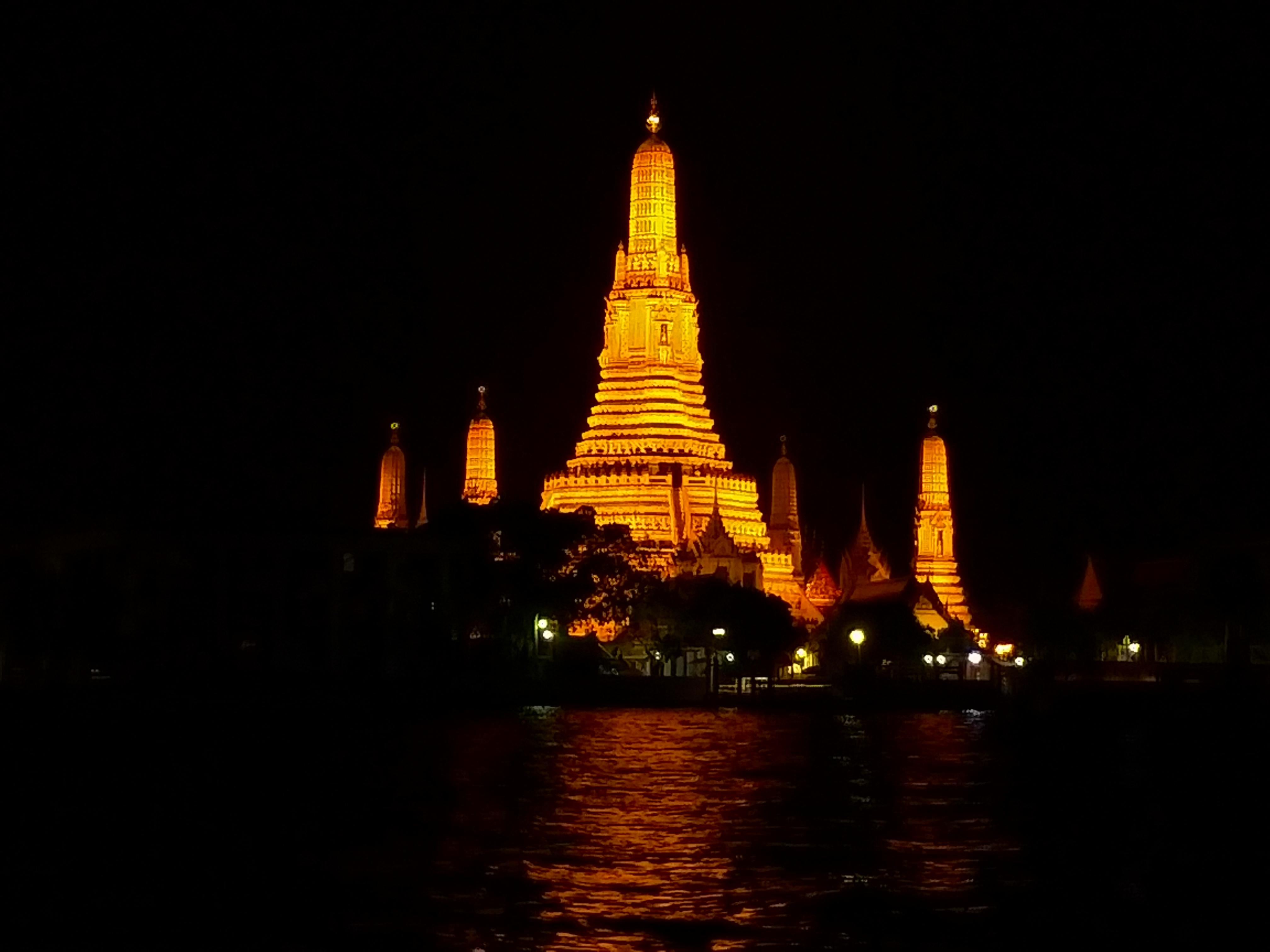 ライトアップされたワットアルンを対岸から撮影する バンコク タイ