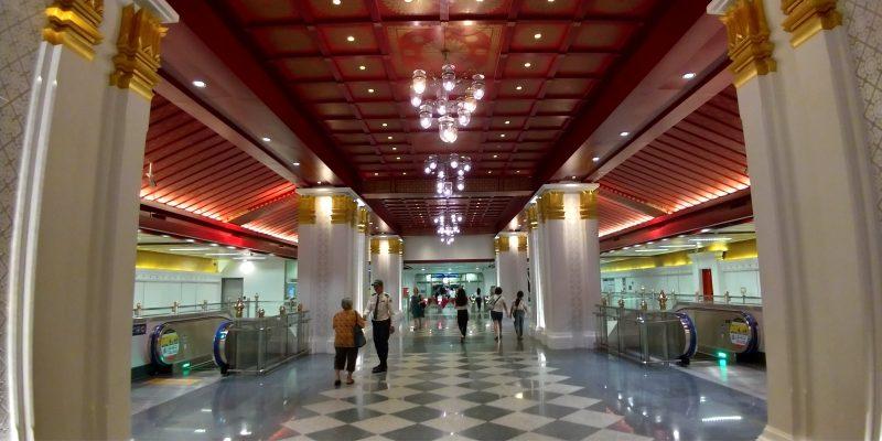 サナームチャイ駅はつい撮影したくなる豪華さです