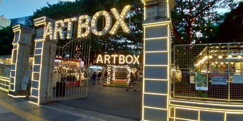 バンコク・ナナ駅近くのナイトマーケットARTBOXは道路沿い簡単に行ける