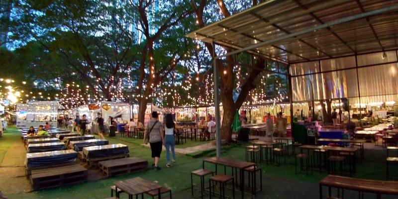 バンコク ナナ ナイトマーケットは飲食スペースが充実している